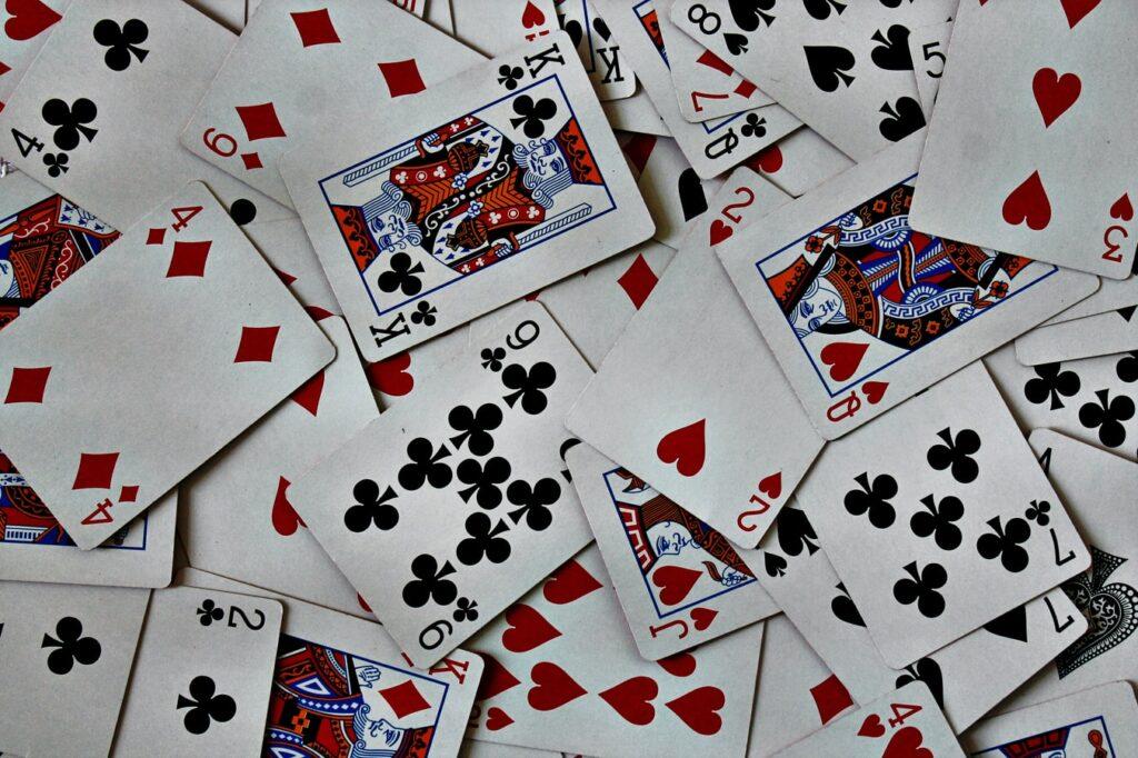 Bagaimana cara memainkan permainan kartu secara online