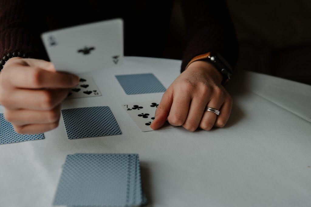 3 permainan kartu yang menyenangkan untuk dimainkan dengan teman-teman Anda